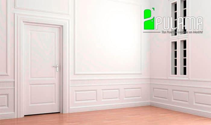 Puerta blanca en un entorno interior de tonos claros