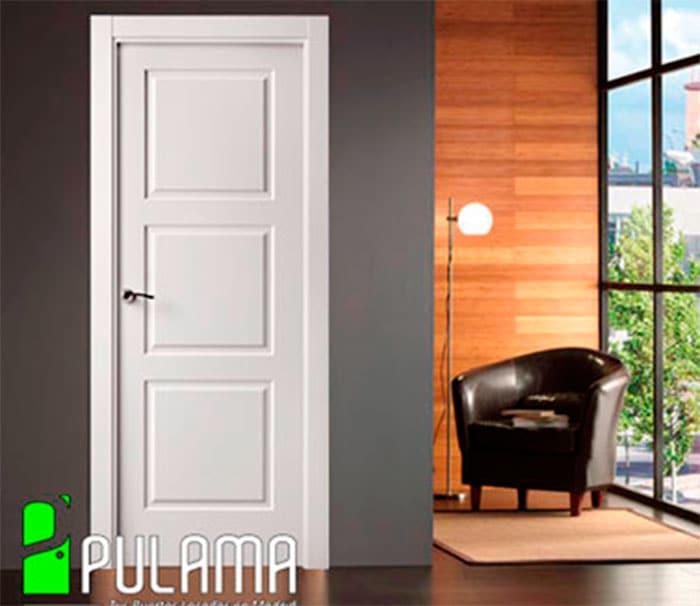 Puerta blanca con pared oscura