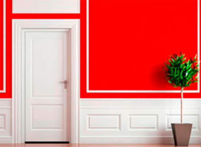 Puerta blanca con pared roja
