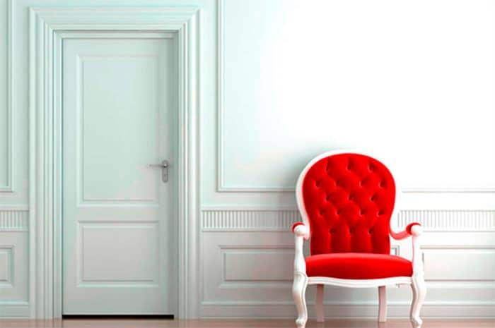 Puerta blanca con pared blanca