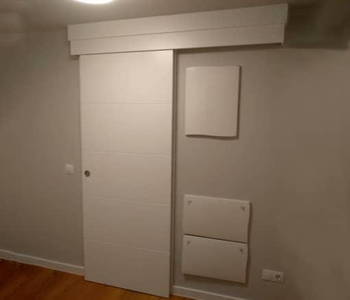 Puerta corredera con guia cubierta