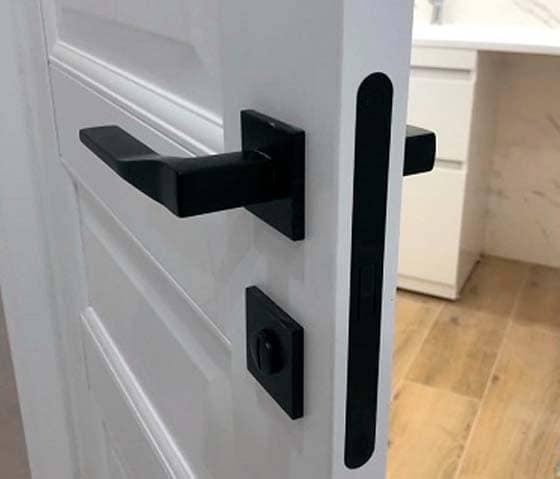 Puerta blanca lacada con manilla negra recta